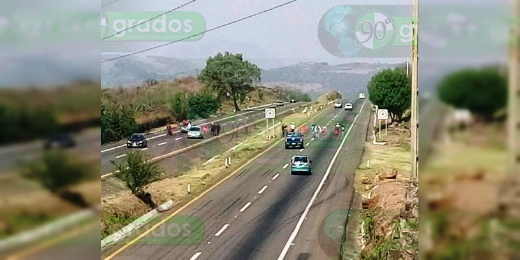 """Normalistas bloquean la carretera Morelia–Pátzcuaro para realizar """"boteo"""""""