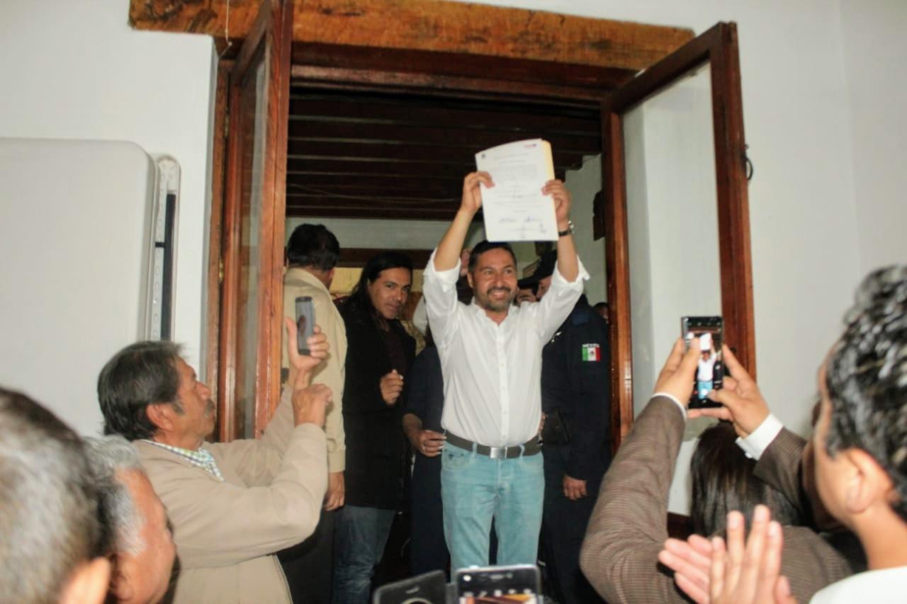Recibe Víctor Báez constancia de mayoría en Pátzcuaro 1 - Pátzcuaro Noticias
