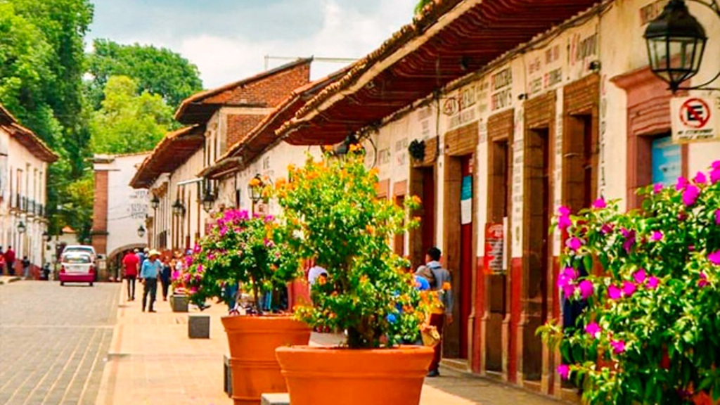 Hoteleros de Pátzcuaro pagarán por espacio para ascenso y descenso de huéspedes