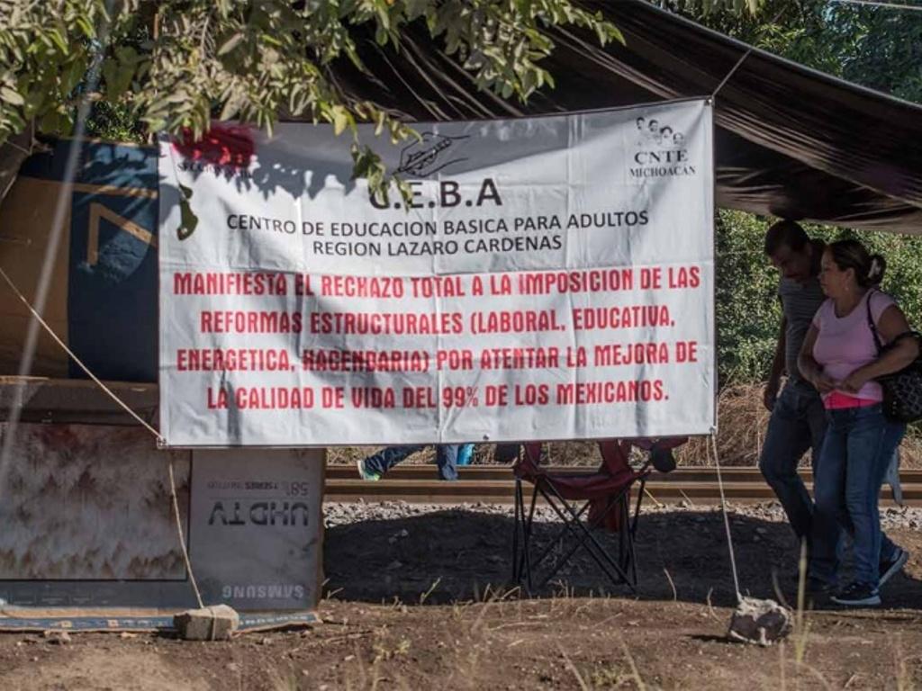 Retoman profesores bloqueo a vías férreas en Pátzcuaro