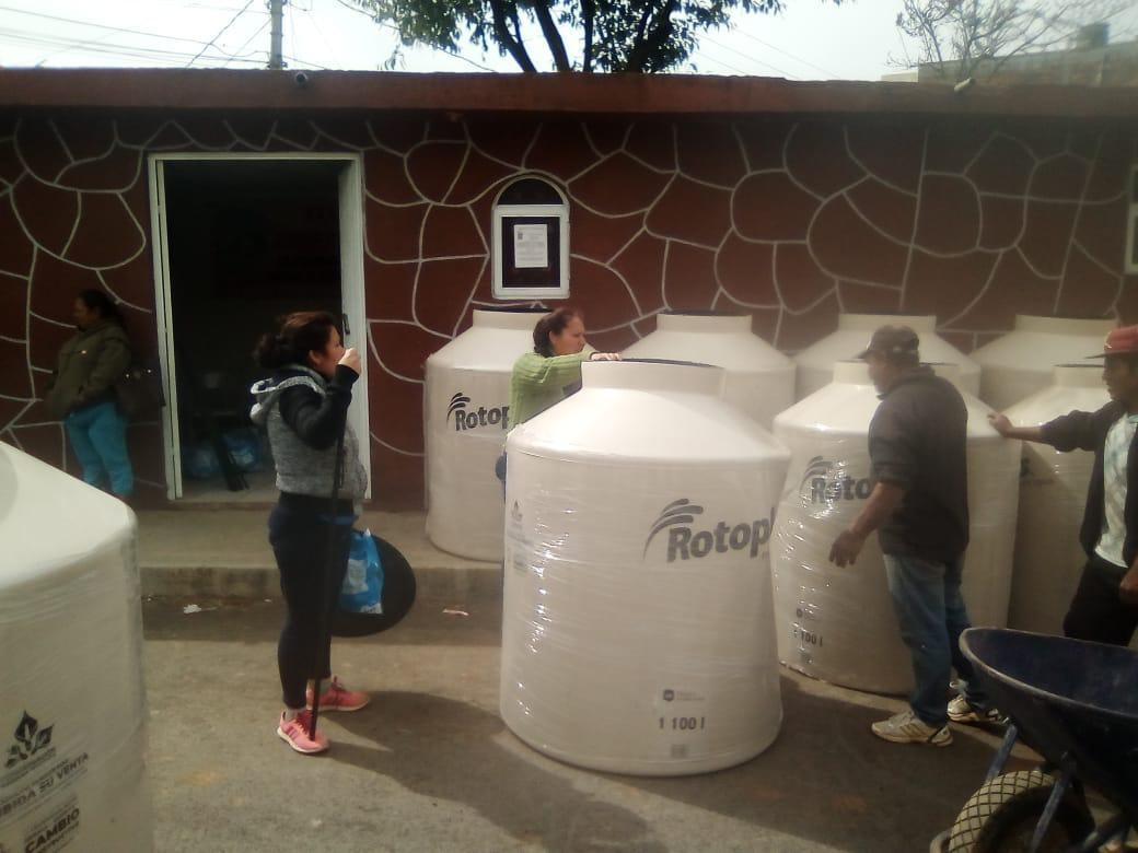 Apoya ONG a familias de escasos recursos en Pátzcuaro en la compra de tinacos