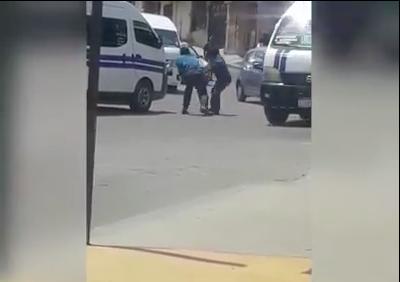 Se pelean a golpes dos choferes de combi en plena vía pública