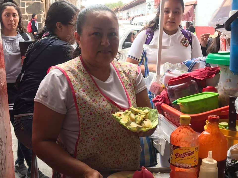 Comerciantes de Pátzcuaro sirven en hojas de lechuga - Pátzcuaro Noticias