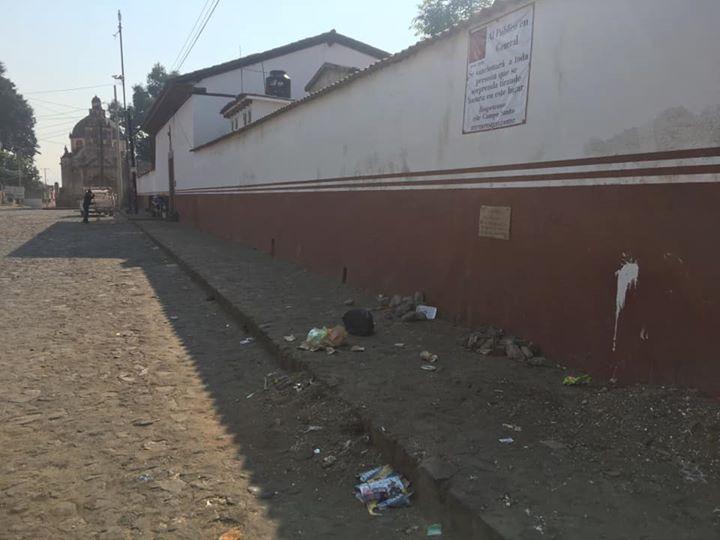 Ciudadanos de Pátzcuaro vigilarán y advierten a persona que tiren basura en las calles