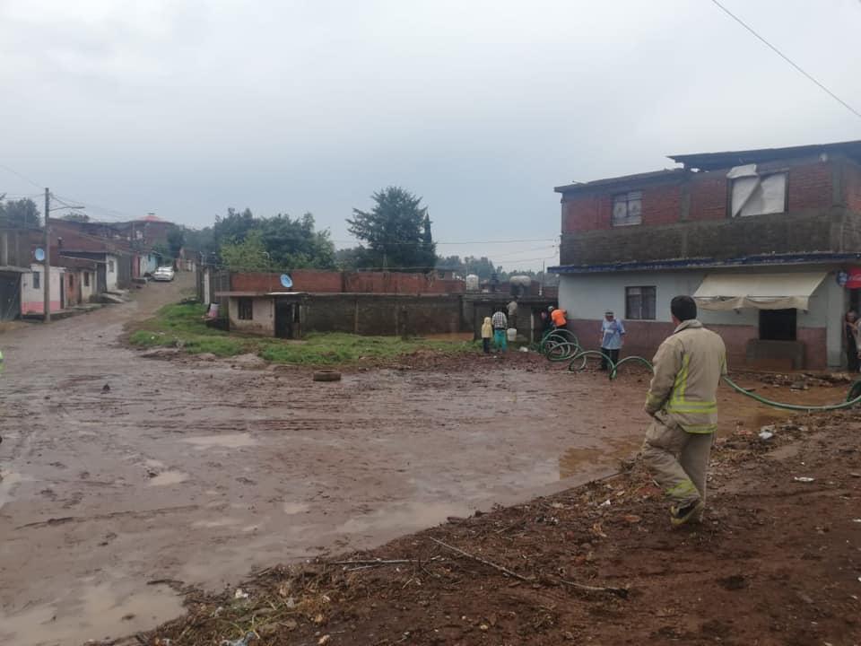Fuertes lluvias en Pátzcuaro dejan inundaciones y árboles caídos
