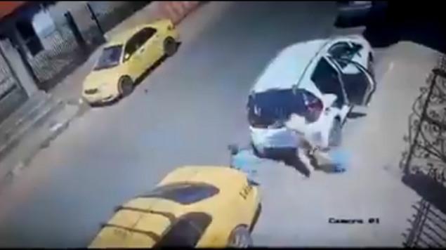 Niño suelta a su mamá y camión lo atropella en un segundo (FUERTES IMÁGENES)