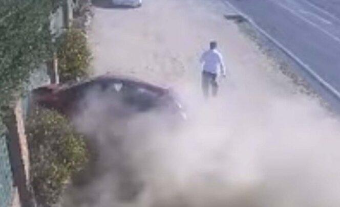 ¡De milagro! Hombre logra esquivar coche sin control (VIDEO)