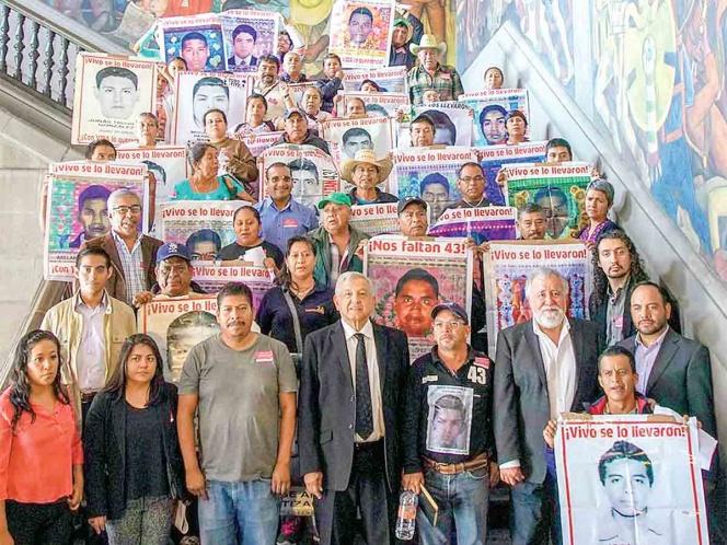 Andres Manuel López Obrador con padres de los 43 de Ayotzinapa