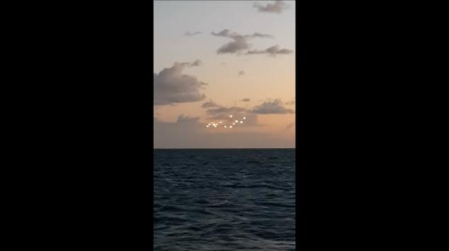 VIDEO: ¿Son OVNIS? Hombre graba 14 luces suspendidas en el cielo