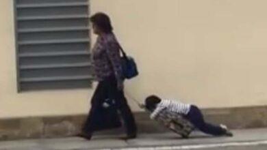 VIDEO: Mamá arrastra a su hijo para llevarlo a la escuela