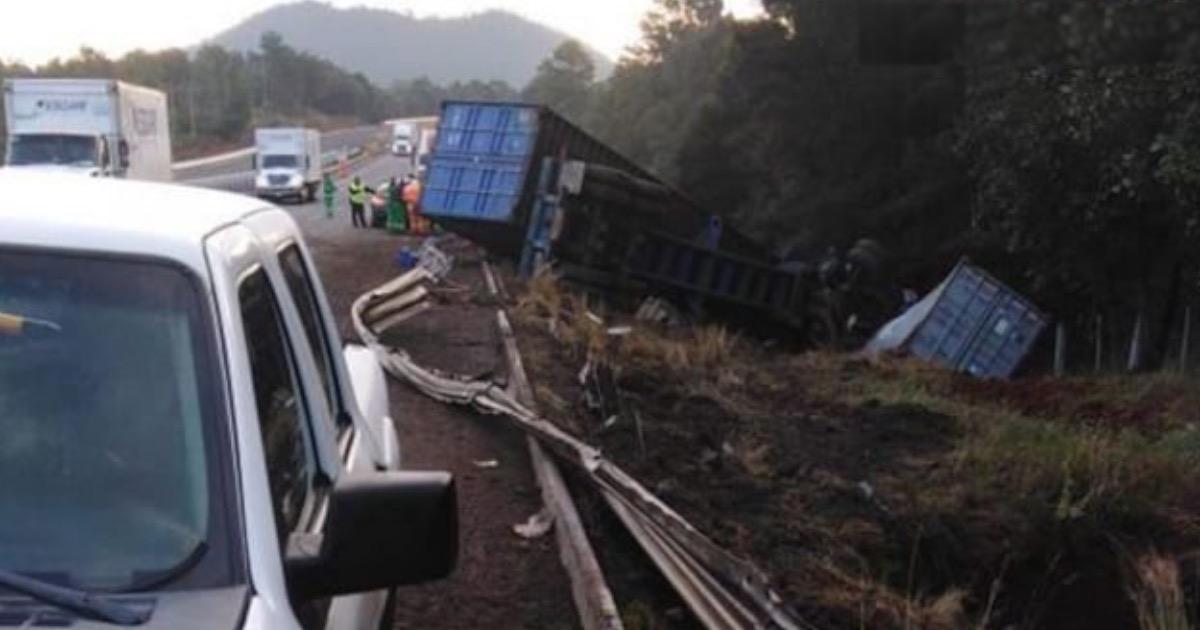 Un tráiler ocasiona un choque múltiple en la Autopista Siglo XXI