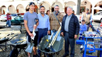 Entrega Víctor Báez herramientas para huertos de traspatio