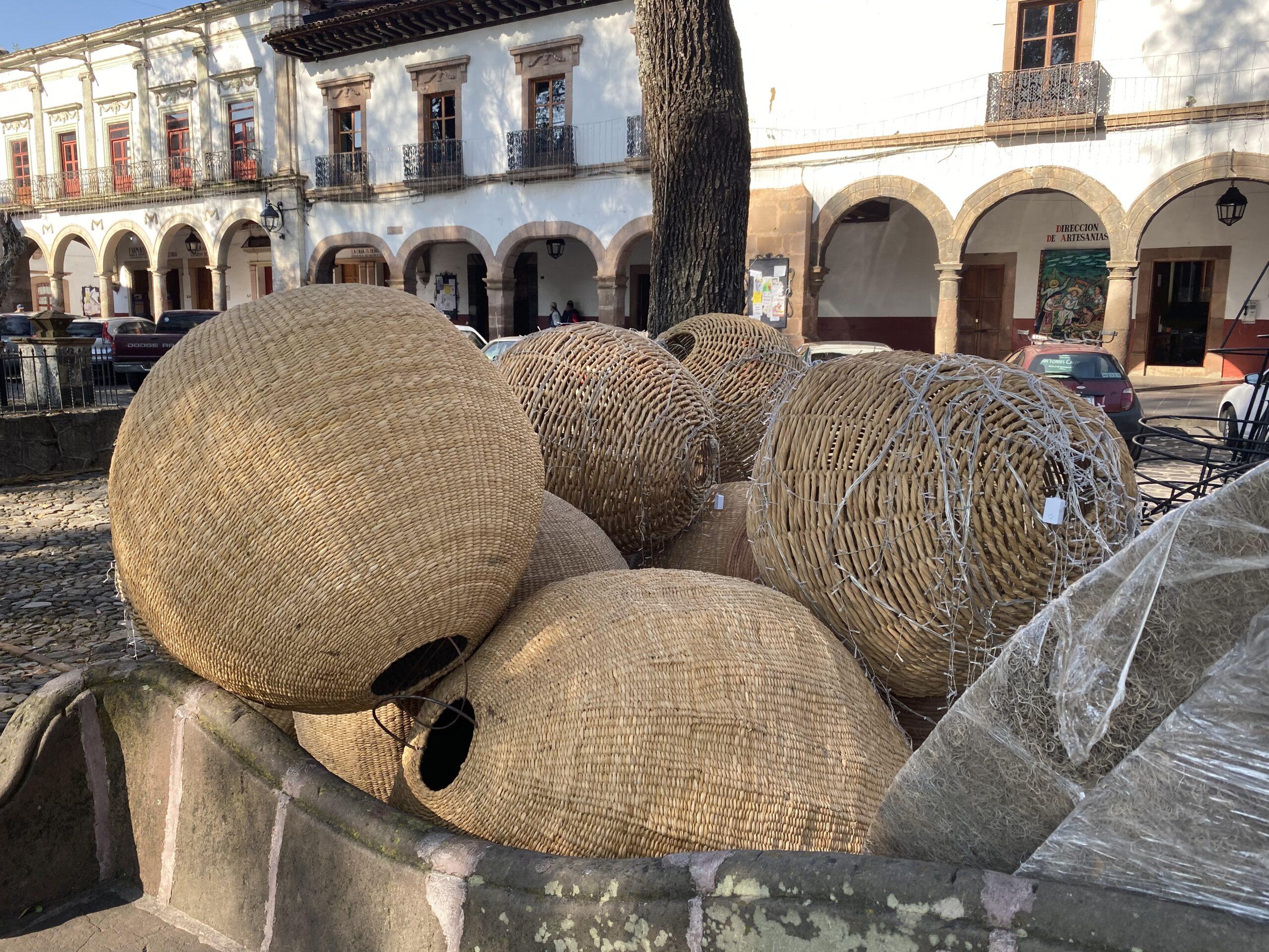 Comienza instalación del Pino y Nacimiento Monumental en Pátzcuaro