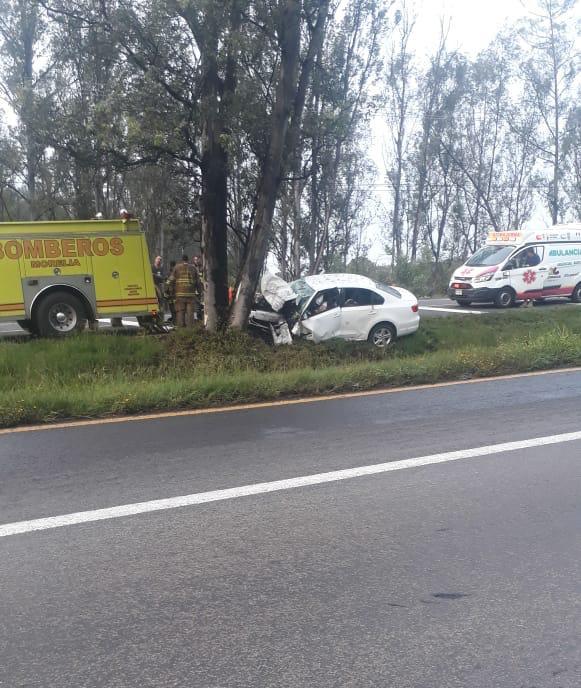 Mueren 4 jóvenes tras impactar con un árbol en la Pátzcuaro - Morelia