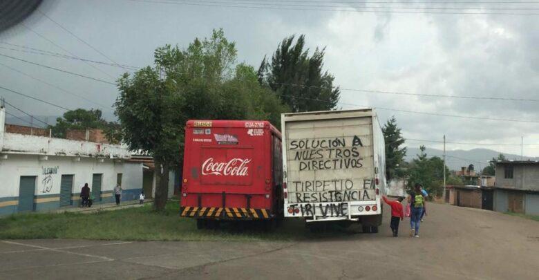 Normalistas secuestran camionetas de carga en la Pátzcuaro - Morelia