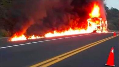 Hombres armados secuestran y queman autobús en Michoacán