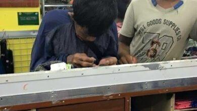 Padre ahorra monedas por años para lograr comprarle zapatos nuevos a su hijo