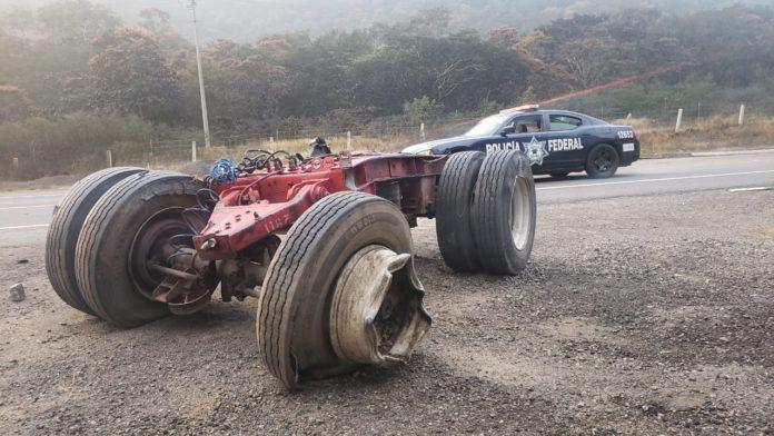 5 muertos por intoxicación de pipa con amoniaco volcada en Michoacán