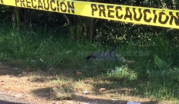 Hallan a un hombre ejecutado y embolsado en la carretera Uruapan - Pátzcuaro