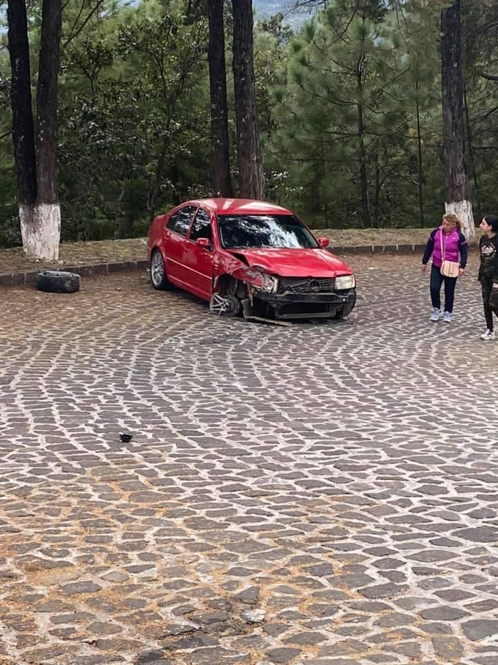 Amanece auto accidentado en mirador de Pátzcuaro, Michoacán