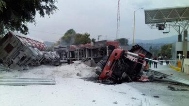 Trailer se impacta contra caseta de peaje en Michoacán; hay 4 lesionados
