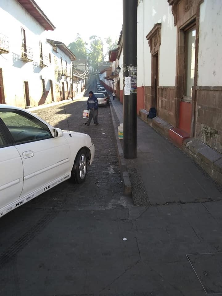 Con cubetas obstruyen lugares para estacionarse en Pátzcuaro