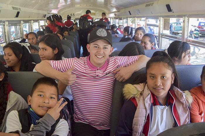 Joven estadounidense donó autobús escolar y útiles a secundaria de Michoacán
