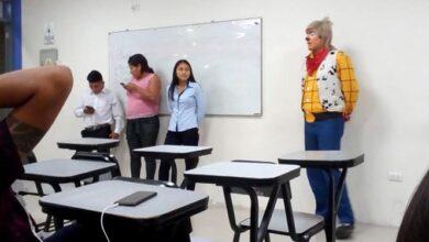 Payasito estudia derecho, no le dio tiempo de cambiarse y así llegó a clases
