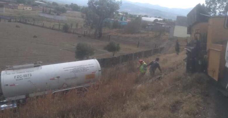 Pipa choca contra cuadrilla de mantenimiento en la Pátzcuaro-Morelia
