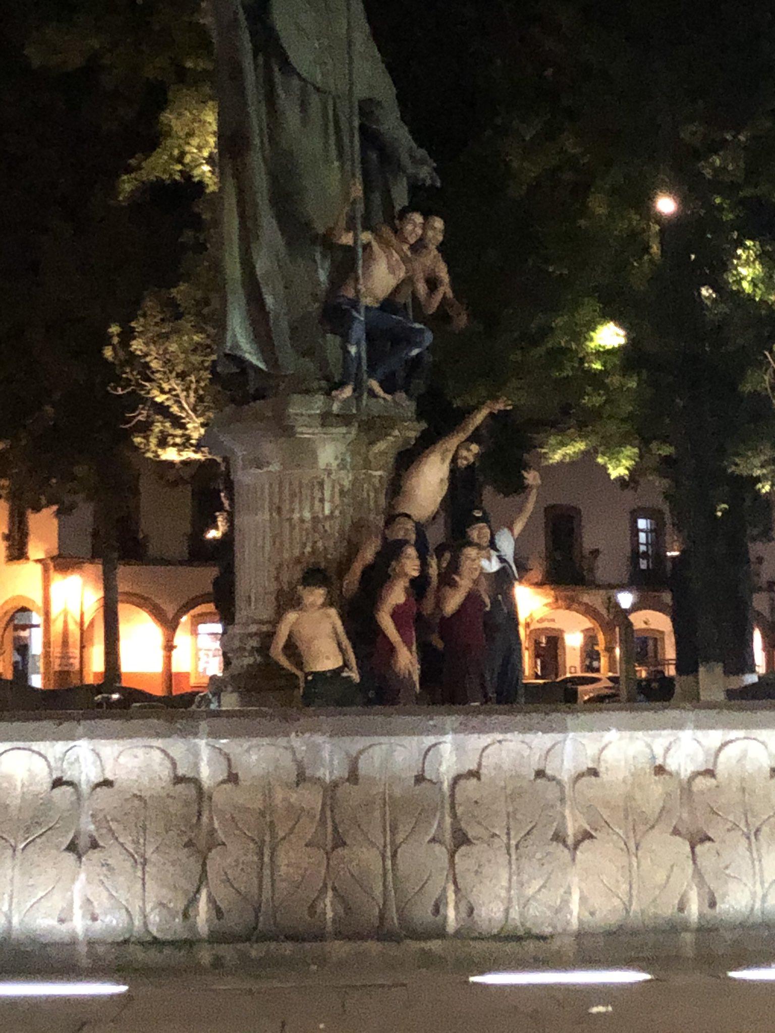 Se meten a fuente de Pátzcuaro a media noche y sin camisa