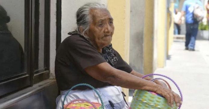 """""""Si no salgo a vender, no como"""": Ana María de 88 años"""