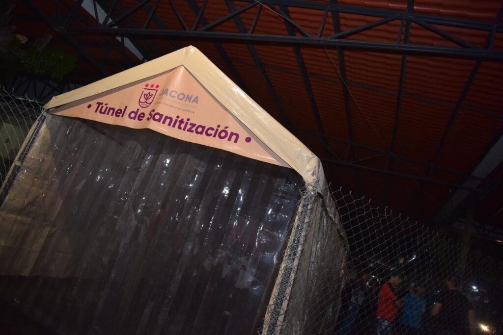 Instalan túneles sanitizantes en mercados de Jacona para combatir al coronavirus