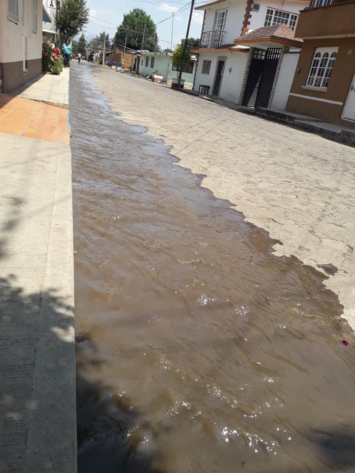 Aguas negras corren por las calles de la colonia Revolución, en Pátzcuaro