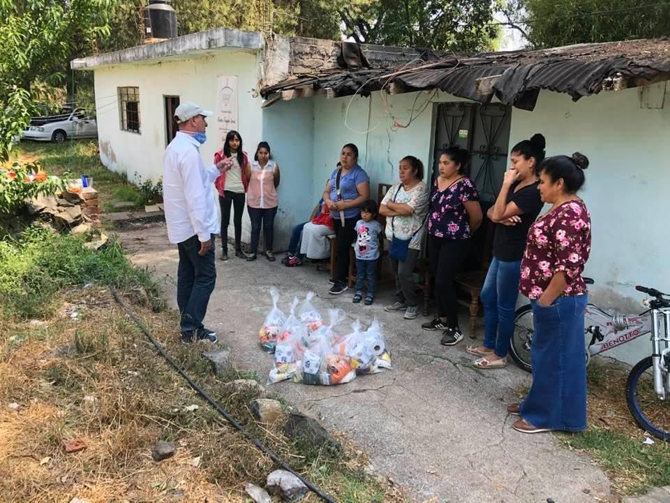 Ex candidato del PRI, Jorge Antonio Gonzalez Escalera, ayuda con despensas a familias de Pátzcuaro