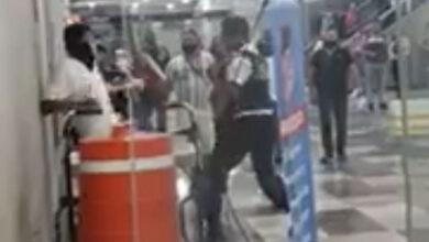 Guardia y pasajero se agarran a golpes por cubrebocas en Jalisco