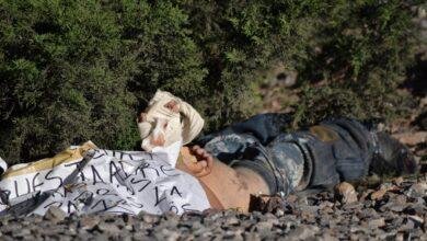 Hallan cuerpo con narcomensaje en Michoacán