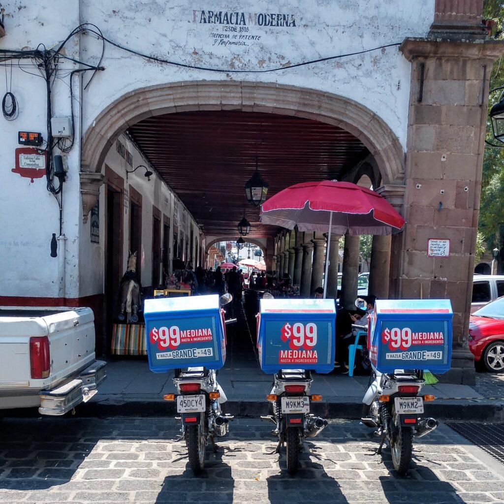 Motocicletas de Dominos en Pátzcuaro obstruyen el paso peatonal