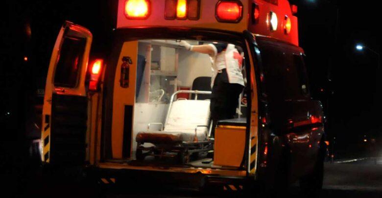 Paramédico estrella su ambulancia contra un árbol en la Pátzcuaro-Morelia