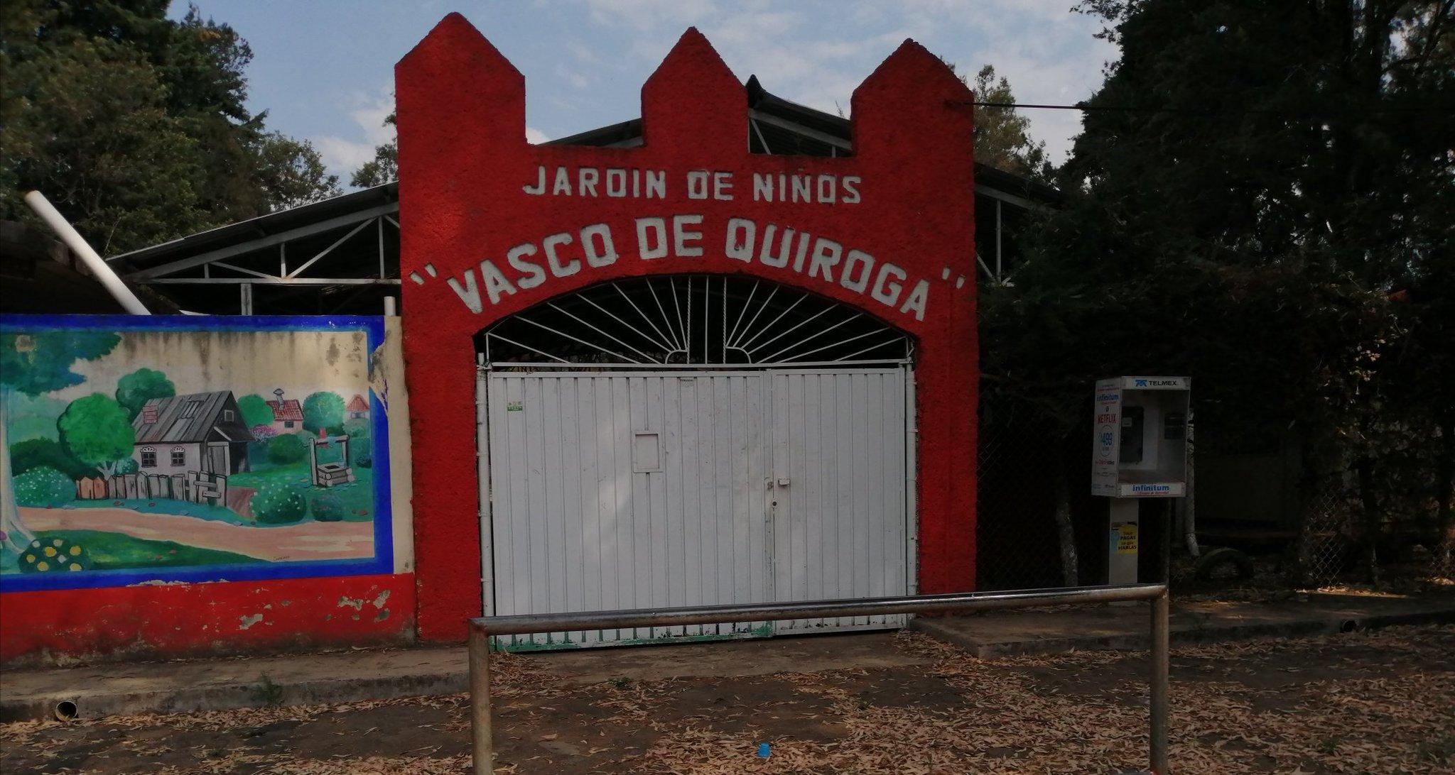 """Tiran estiércol en el Jardín de Niños """"Vasco de Quiroga"""" de Pátzcuaro"""