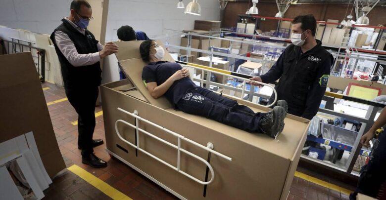 VIDEO: Empresa diseña una cama hospitalaria de cartón que se transforma en un ataúd