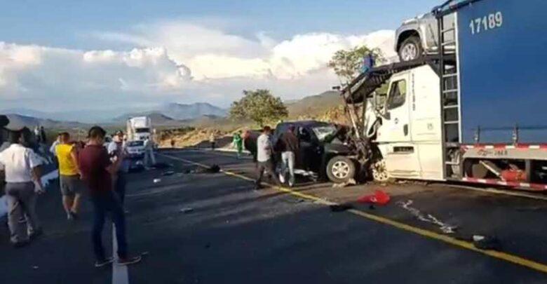 Mueren policías tras chocar contra tráiler en Michoacán