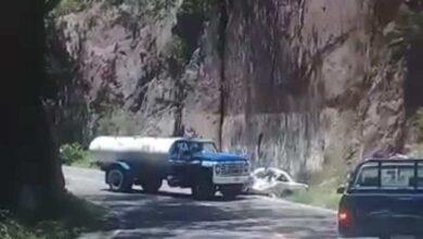 VIDEO Choque de frente entre pipa y taxi en Michoacán