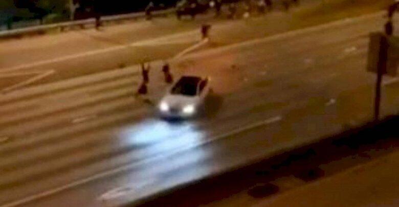 VIDEO: Coche atropella a 2 mujeres a toda velocidad durante una manifestación en una autopista de Seattle