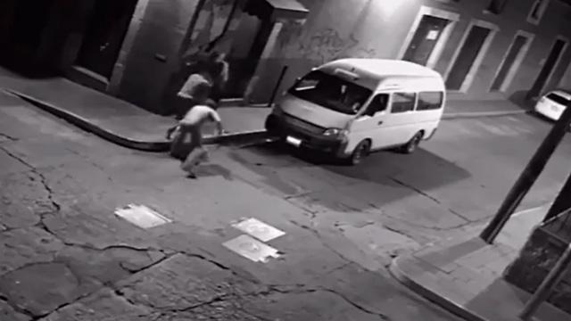 VIDEO: Sujetos bajan de una combi para asaltar a 2 mujeres en el centro de Morelia