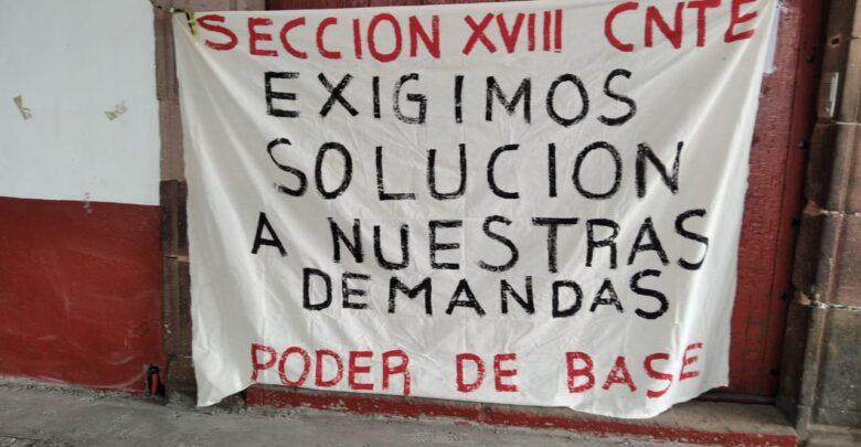 CNTE bloquea entrada a banco de Pátzcuaro
