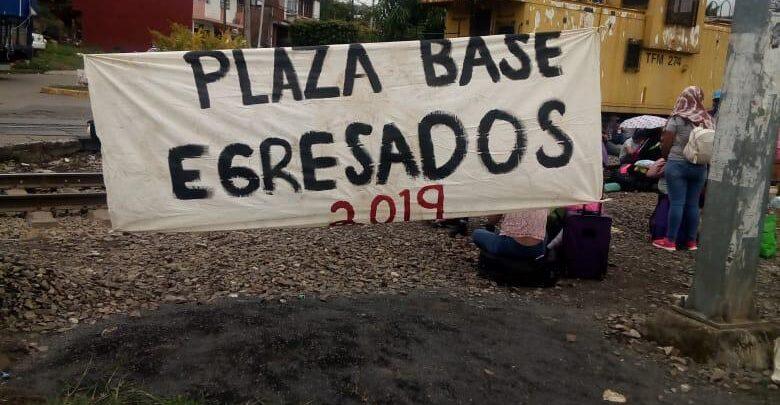 Normalistas bloquean nuevamente vías del tren en Michoacán