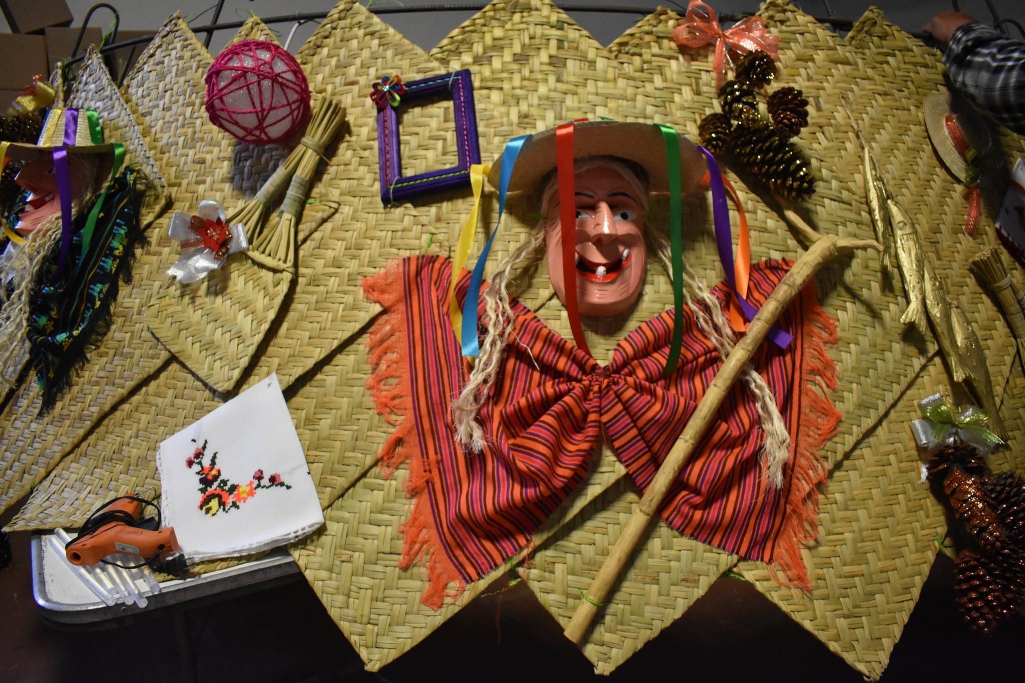 FOTOS: Preparan Árbol Monumental Artesanal en Erongarícuaro