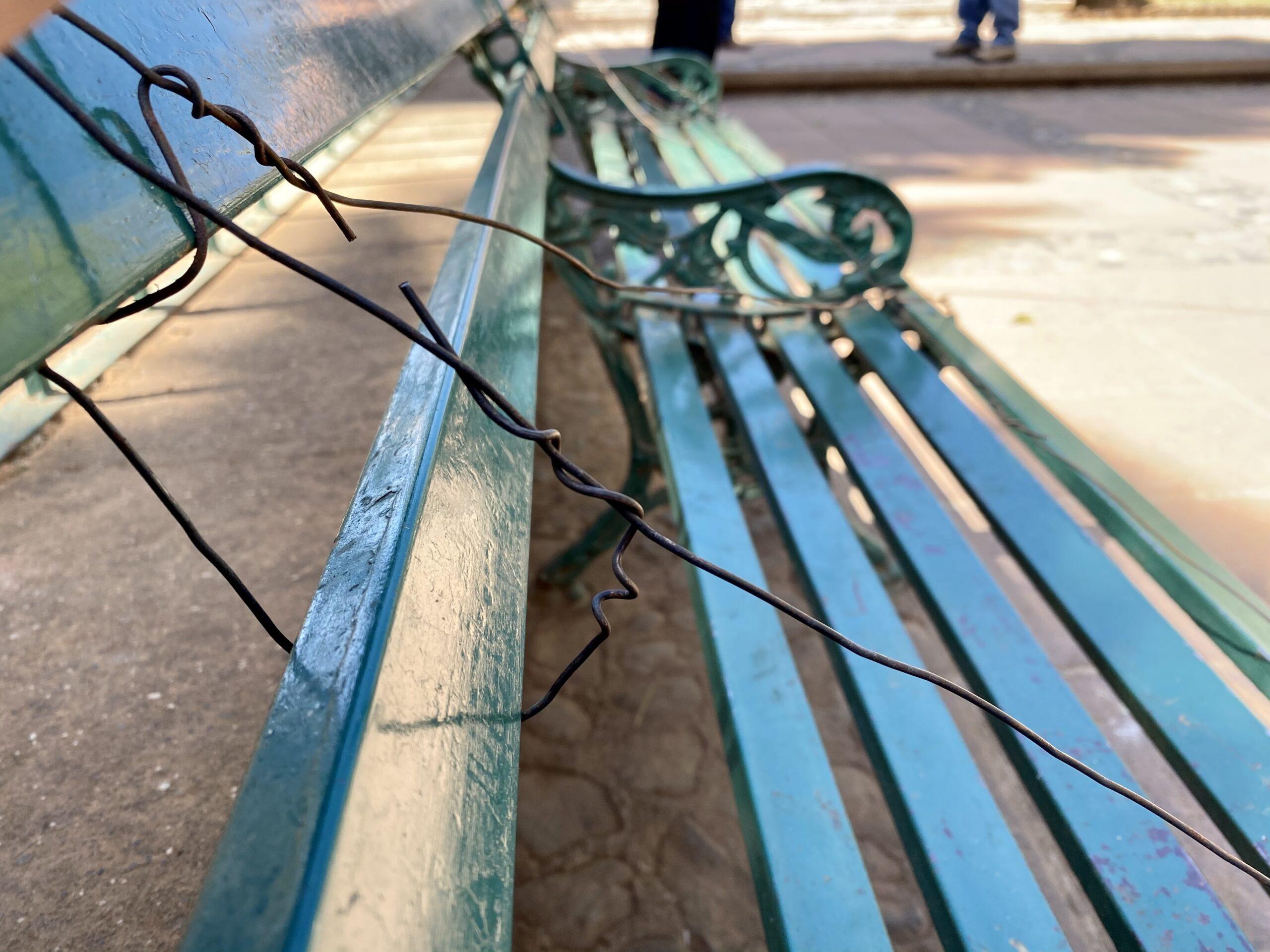 En Erongarícuaro, mantienen sana distancia en plazas con alambre quemado
