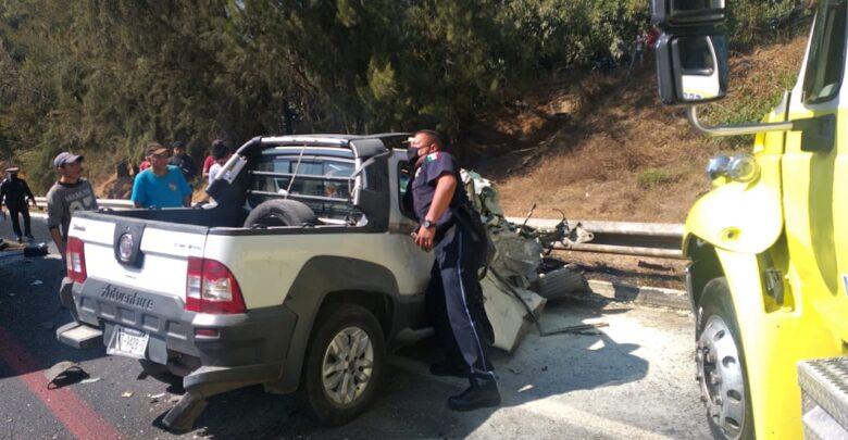 Chofer de camioneta queda prensado por accidente en la carretera Pátzcuaro-Uruapan