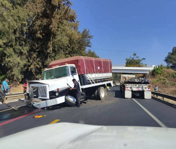 Chofer de camioneta queda prensado por accidente en la carretera Pátzcuaro Uruapan